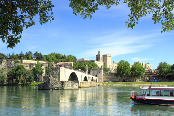 2 bridge-of-Avignon-and-The-Popes-Palace-in-Avignon.jpg