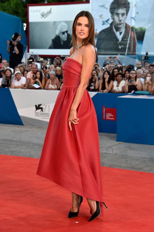 明艳动人 女星巧搭红色小洋装