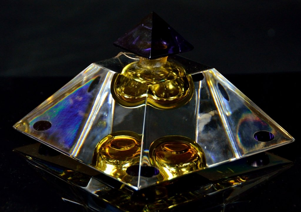 Hermes 24 Faubourg Perfume ,$1,500 爱马仕香水24 Faubourg是Maurice Roucel的创作,最初是在1995年推出。这是一款具有持久性香味的温和香水。任何每一个爱香水的女人,香水瓶也有一个非常女性化的设计,漂亮的水晶在光辉笼罩下呈现出如秋天般的色彩。