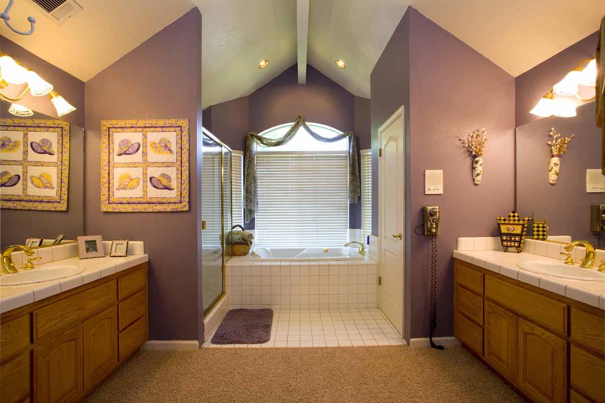 浴室设计,可以尝试钢制的水龙头以及橱柜把手;如果你喜欢温馨风格