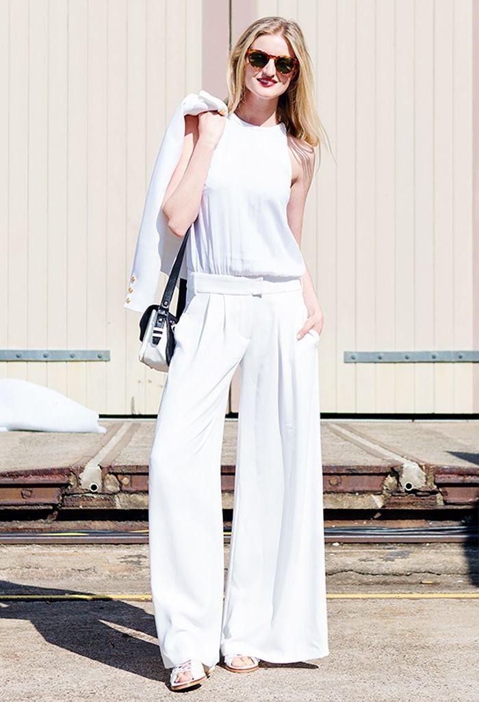 合身的白色背心搭配宽管裤